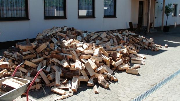 Das neue Feuerholz wartet darauf verräumt zu werden.