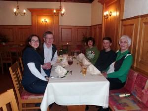 Gewinner Julian (3. von rechts) mit seiner Familie